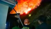 Lực lượng chức năng nỗ lực khống chế đám cháy rừng trong đêm