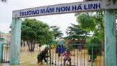 Bộ đội Biên phòng Hà Tĩnh giúp trường học ở huyện Hương Khê khắc phục hậu quả mưa lũ