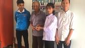 Sáng 1-9, dưới sự chứng kiến của Đoàn xã Hồng Lộc, em Thảo và Hiếu trao trả lại số tiền cho người đánh rơi