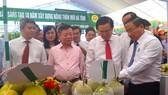 Phó Thủ tướng Vương Đình Huệ và lãnh đạo tỉnh Hà Tĩnh tham quan các gian hàng sản phẩm bên lề hội nghị