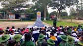 Giới thiệu về cột mốc biên giới cho các em học sinh