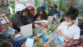 Một quầy thuốc tây trên đường Hải Thượng Lãn Ông, TP Hà Tĩnh phát miễn phí khẩu trang y tế cho người dân sáng 1-2-2020