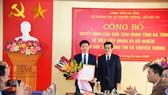 Phó Chủ tịch UBND tỉnh Hà Tĩnh Đặng Quốc Vinh trao quyết định bổ nhiệm Giám đốc Sở Thông tin và Truyền thông cho ông Nguyễn Công Thành
