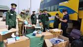 Lực lượng chức năng phát hiện xe khách vận chuyển trái phép khẩu trang y tế