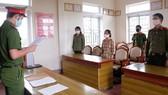 Công an đọc các quyết định khởi tố đối với Cao Thị Ngọc Ánh. Ảnh: Công an Hà Tĩnh