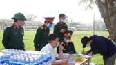 Lực lượng chức năng kiểm tra, bàn giao giấy tờ cho công dân hoàn thành thời gian cách ly