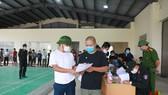 Công dân tặng hoa, cảm ơn lực lượng chức năng làm nhiệm vụ tại khu cách ly y tế tập trung