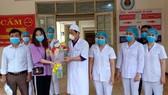 Bệnh nhân thứ 146 tặng hoa cảm ơn các y bác sĩ Bệnh viện Đa khoa khu vực Cửa khẩu Quốc tế Cầu Treo