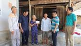 Trao 17 triệu đồng cho gia đình chị Thạch Thị Vân, ở xã Thạch Thắng, huyện Thạch Hà, Hà Tĩnh