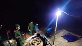 Lực lượng chức năng phát hiện các đối tượng khai thác vàng trái phép tại Moòng Coòng