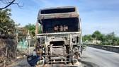 Phần đầu của xe ô tô đầu kéo bị cháy trơ khung