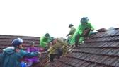 Lực lượng chức năng giúp người dân khắc phục hậu quả lốc xoáy