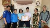 Sáng 3-11, Huyện đoàn Đức Thọ đã biểu dương, trao giấy khen cho em Phan Văn Quang