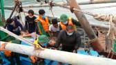 Bộ đội Biên phòng Hà Tĩnh cùng ngư dân kịp thời ứng cứu