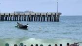 Lực lượng Hải đội 2 và ngư dân đưa thuyền gặp nạn vào bờ