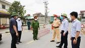 Lãnh đạo tỉnh Hà Tĩnh đến kiểm tra, động viên lực lượng chức năng đang làm nhiệm vụ tại chốt phong tỏa liên quan trên địa bàn
