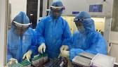 Cán bộ y tế tỉnh Hà Tĩnh xét nghiệm các mẫu cho người dân
