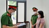 Tống đạt quyết định khởi tố bị can đối với Hoàng Thị Tâm. Ảnh: Công an Hà Tĩnh cung cấp