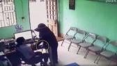 Nghi phạm đe dọa, khống chế nữ nhân viên Qũy tín dụng tại phòng làm việc. Ảnh cắt từ camera của Qũy tín dụng