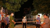 Lực lượng chức năng lập chốt phong tỏa khu vực liên quan ở địa bàn thị xã Hồng Lĩnh, tỉnh Hà Tĩnh