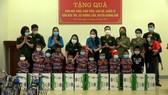 Trao tặng xe đạp và sữa cho học sinh dân tộc Chứt ở bản Rào Tre