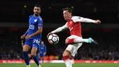 Mesut Oezil (phải) đang khởi đầu quá thất vọng cùng Arsenal.