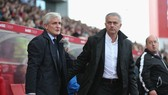 Sự căng thẳng giữa Jose Mourinho (phải) và Mark Hughes trong trận đấu.