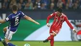 Tình huống James Rodriguez (phải) ghi được bàn thắng đầu tiên cho mình ở Bundesliga. Ảnh: Getty Images