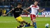 Cú dứt điểm chính xác của Christian Pulisic (trái) đã giúp Dortmund đạt đến cột mốc 3.000 bàn thắng ở Bundesliga. Ảnh: Getty Images