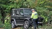 Cảnh sát kiểm tra hiện trường vụ tai nạn. Ảnh: Theo The Sun