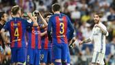 Ramos (trắng) khẩu chiến với Pique quyết liệt. Ảnh: Getty Images