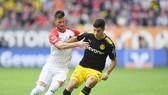 Điều quan trọng là dù chơi không tốt nhưng Dortmund (phải) vẫn giành được chiến thắng trước Augsburg. Ảnh: Getty Images
