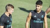 Kroos (trái) bất bình với những gì Asensio nhận. Ảnh: Getty Images