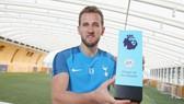 Harry Kane hạnh phúc bên phần thưởng cho nỗ lực tuyệt vời trong tháng 9. Ảnh: Getty Images