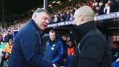 Sam Allardyce (trái) luôn dành những đánh giá cao với Pep Guardiola. Ảnh: Getty Images