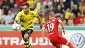 HLV Peter Bosz của Dortmund tin rằng Pierre-Emerick Aubameyang (trái) sẽ nhanh chóng tìm lại được mành lưới của đối phương. Ảnh: Getty Images