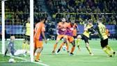 Dortmund (phải) đã bỏ lỡ quá nhiều cơ hội trước khung thành của APOEL Nicosia. Ảnh: Getty Images