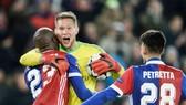 Thủ thành Tomas Vaclik cũng đồng đội Basel ăn mừng chiến thắng trước Man.United. Ảnh: Getty Images