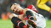 Zlatan Ibrahimovic đau đớn ở trận thắng nhọc nhằn Brighton. Ảnh: Getty Images