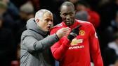 HLV Jose Mourinho (trái) tin rằng Romelu Lukaku sẽ là số 9 hàng đầu thế giới nếu nhận được sự hỗ trợ tốt nhất. Ảnh: Getty Images