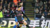 Alexis Sanchez tảo sáng để mang quà mừng cho HLV Arsene Wenger. Ảnh: Getty Images