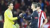 Arrizabalaga (phải) khó thay thế Navas ngay lập tức tại Real. Ảnh: Getty Images