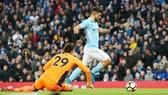 Sergio Aguero vượt qua thủ thành của Burnley để ghi bàn cho Man.City. Ảnh: Getty Images