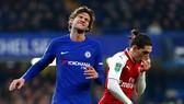 Lên tham gia tấn công, Marcos Alonso (trái) cũng thất vọng khi không thể giúp Chelsea có bàn thắng. Ảnh: Getty Images