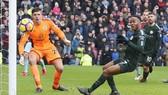 Tình huống bỏ lỡ khó tin của Raheem Sterling góp phần khiến Man.City bị chia điểm. Ảnh: Getty Images