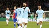 Ilkay Gundogan (giữa) mừng chiến thắng cùng đồng đội. Ảnh: Getty Images