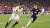 Man.United (phải) đã may mắn mới cầm hòa được tại Sevilla. Ảnh: Getty Images