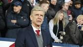 Arsene Wenger đang phải gồng mình dưới áp lực. Ảnh: Getty Images