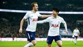 Harry Kane (trái) không nghỉ quá lâu, Tottenham hy vọng Son Heung-min có thể gánh vác trách nhiệm ghi bàn. Ảnh: Getty Images
