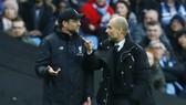 HLV Jurgen Klopp (trái) như đang hiểu thấu Pep Guardiola. Ảnh: Getty Images